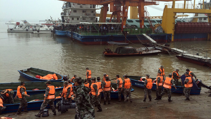 Rescue workers are seen near the site where a ship sank, in the Jianli section of the Yangtze River, Hubei province, China, June 2, 2015.( Reuters / Chen Zhuo)