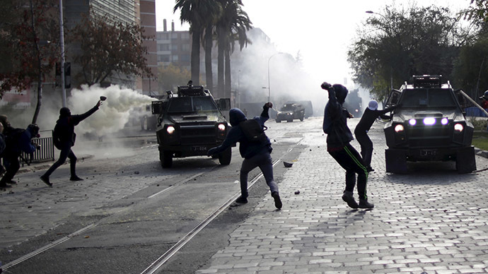 Protesters clash with riot police during a demonstration in Santiago, Chile, June 10, 2015. (Reuters/Ueslei Marcelino)