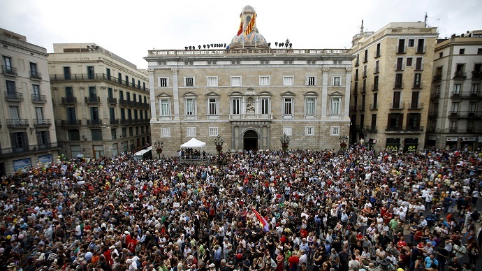 People watch Ada Colau's swearing-in ceremony as the new mayor of Barcelona, at Sant Jaume square in Barcelona, Spain, June 13, 2015. (REUTERS/Albert Gea)
