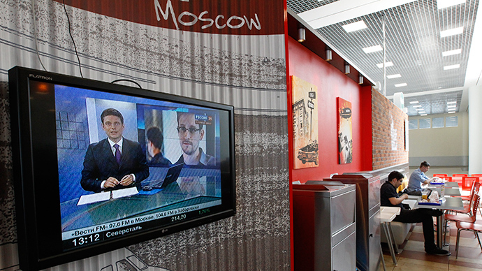 A television screen shows former U.S. spy agency contractor Edward Snowden during a news bulletin at a cafe at the Moscow's Sheremetyevo airport (Reuters / Sergey Karpukhin)