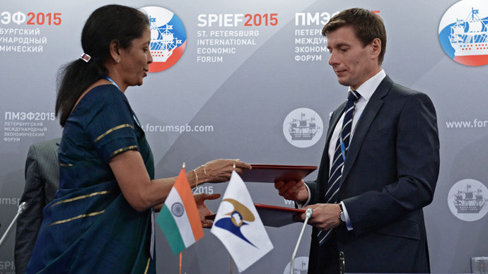 Indian Commerce and Industry Minister Nirmala Sitharaman and Minister of Trade of the Eurasian Economic Commission Andrei Slepnev sign an agreement during the 2015 St. Petersburg International Economic Forum. (RIA Novosti / Iliya Pitalev)
