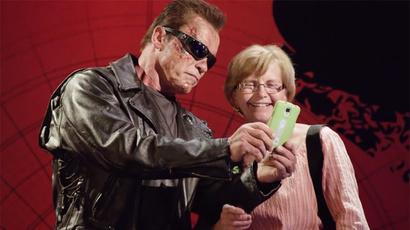 Schwarzenegger poses as 'Terminator' waxwork for charity, terrifies fans (VIRAL VIDEO)
