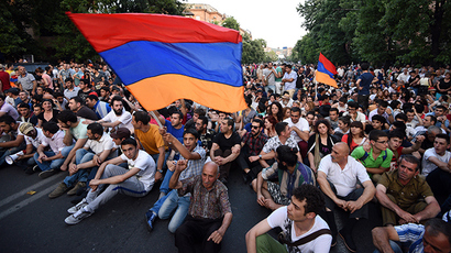 Police blast protesters with water cannons in Armenia's capital, over 200 arrests (VIDEO)