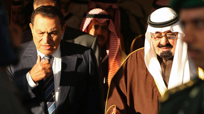 Saudi Arabia's King Abdullah (R) chats with Egyptian President Hosni Mubarak. (Reuters / Fahad Shadeed)