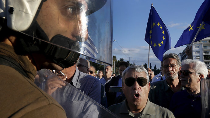 FILE PHOTO: Riot policemen stand between anti-austerity and pro-EU protesters in front of the parliament building during a rally calling on the government to clinch a deal with its international creditors and secure Greece's future in the Eurozone, in Athens, Greece, June 22, 2015. (Reuters / Yannis Behrakis)