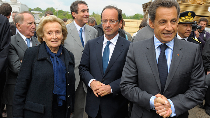 Nicolas Sarkozy (R), Francois Hollande (C) and former first lady Bernadette Chirac (L) visit a sawmill in Tra-le-Bos, central France (Reuters / Philippe Wojaze)