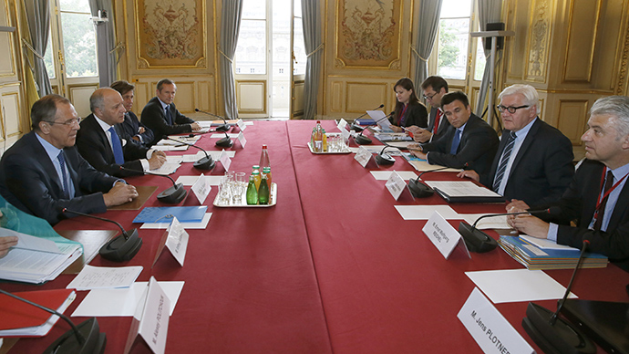 French foreign affairs minister Laurent Fabius (2L) attends a meeting with Russian Foreign Minister Sergey Lavrov (L), German Foreign Minister Frank-Walter Steinmeier (2R) and Ukrainian Minister of Foreign Affairs Pavlo Klimkin (3R) during a meeting on Ukraine, on June 23, 2015 in Paris (AFP Photo / Patrick Kovarik)