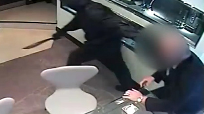 ​CCTV captures armed robbers storming Manchester jewelers (VIDEO)