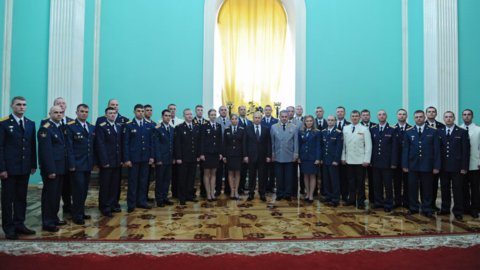 President Vladimir Putin seen together with military academy graduates at a photo session during a reception in the Kremlin, June 25, 2015. (RIA Novosti / Michael Klimentyev)