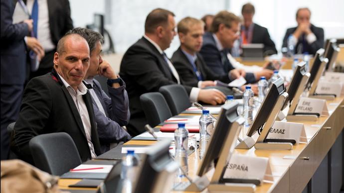 Greek Finance minister Yanis Varoufakis (L) attends a Eurozone finance ministers emergency meeting in Brussels (Reuters / Philippe Wojazer)