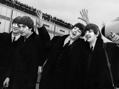 (L-R) John Lennon, Ringo Starr, Paul McCartney and George Harrison, arrive at John F. Kennedy Airport in New York, US on on February 7, 1964 (AFP Photo)