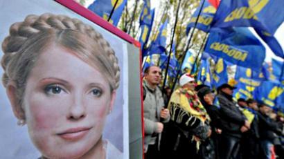Ukraine, Kiev : A protester displays an image of recently convicted former premier Yulia Tymoshenko. (AFP Photo / Sergei Supinsky)