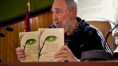 The former Cuban President Fidel Castro unveils his book of memories  on February 3, 2012 in Havana (AFP Photo / Roberto Chile)