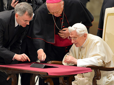 Pope Benedict XVI is being shown his first twitter message during his weekly general audience on December 12, 2012 at the Paul VI hall at the Vatican. (AFP Photo / Vincenzo Pinto)
