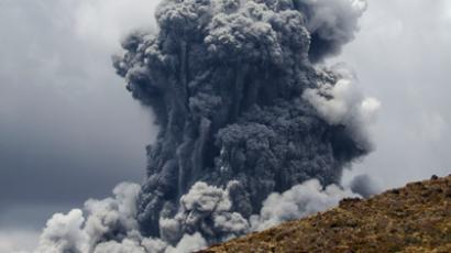 A massive plume of ash billows up into the sky as Mount Tongariro erupts at Tongariro National Park, 300 km (186 miles) north of Wellington November 21, 2012 (Reuters / Stringer)