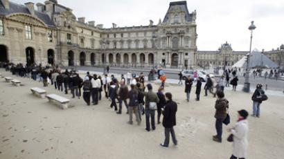 People line up outside the Louvre museum in Paris (Reuters / Thomas White)
