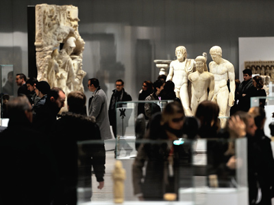 (French Museum attracts record number of visitors) AFP Photo / Philippe Huguen
