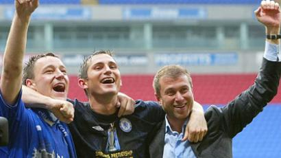 Chelsea owner Roman Abramovich (R) celebrates with his players Frank Lampard (C) and John Terry after the English Premier League soccer match. (Reuters / Darren Staples)