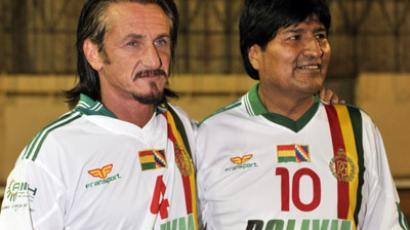US actor Sean Penn (L) and Bolivian President Evo Morales pose for photographers before a game of indoor soccer, the president playing against the embassy of Venezuela on October 30, 2012 in La Paz. (AFP Photo/Aizar Raldes)
