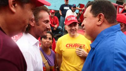 Venezuela's President Hugo Chavez (R) talks to U.S. actor Sean Penn during an election rally in Valencia.(REUTERS / Handout)
