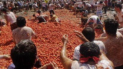 """Revellers play with tomatoes during a """"Tomatina"""" (tomato fight) in Quillon town near Concepcion city, south of Santiago February 16, 2013. (Reuters / Jose Saavedra)"""
