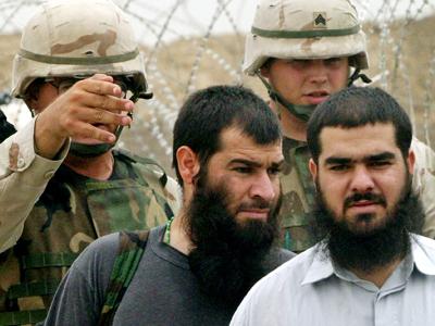 U.S. Army soldiers escort former Iraqi prisoners out of Abu Ghraib prison  (Reuters / Ceerwan Aziz HH / JV)