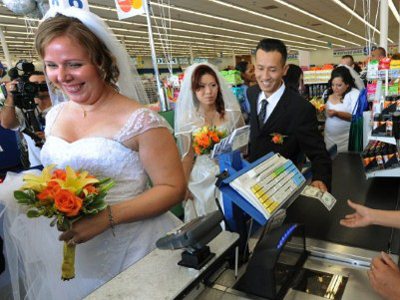 Couple weds in a supermarket (AFP Photo / Mark Ralston)