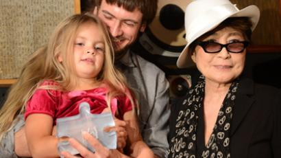 """Artist Yoko Ono presents the """"LennonOno Grant for Peace"""" to Pyotr Verzilov (C) and 4-year old Gera, husband and daughter of Nadia Tolokonnikova, one of the three imprisoned Pussy Riot members in New York, September 21, 2012 (AFP Photo / Emmanuel Dunand)"""