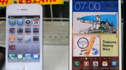 Apple's iPhone and Samsung Galaxy Note are displayed at a shop in Tokyo (Reuters/Kim Kyung Hoon)