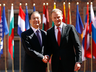 Polish Prime Minister Donald Tusk (R) welcomes his Chinese counterpart Wen Jiabao (L) at the meeting of Prime Ministers of Poland, Central Europe and China in Warsaw April 26, 2012 (Reuters/Peter Andrews)