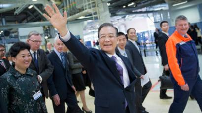 Chinese Prime Minister Wen Jiabao (C) waves to employees during his visit to the Volvo car factory in Gothenburg April 24, 2012. Prime Minister Wen is in Sweden for a three-day official visit in Sweden (Reuters/Scanpix Sweden)
