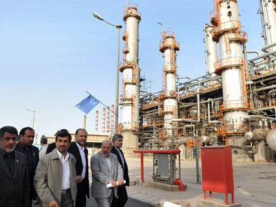 Iranian President Mahmoud Ahmadinejad (C) tours the Abadan oil refinery (AFP Photo/Amir Pourmand)