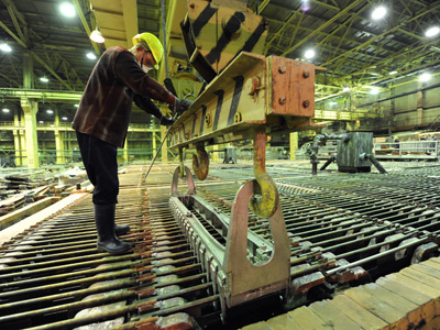 Loading the electrolytic tanks in the electrolysis tank room at the copper smelting plant of Norilsk Nickel Combine (RIA Novosti / Pavel Lysizin)