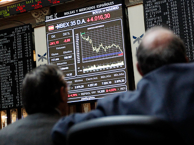 Traders looks at screens at the Madrid bourse April 23, 2012 (Reuters/Andreas Comas)
