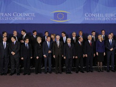 European leaders and EU members pose for a family picture prior to an European Council at the Justus Lipsius building, EU headquarters in Brussels on October 23, 2011 (AFP Photo / John Thys)