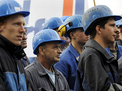 Shipyard workers listen to a speech by EU industry commissioner in the northern German city of Bremerhaven. (AFP Photo/David Hecker)