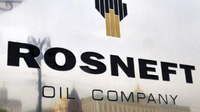 The Kremlin is reflected in the polished company plate of the state-controlled Russian oil giant Rosneft at the entrance of the headquarters in Moscow (AFP Photo / Dmitry Kostyukov)