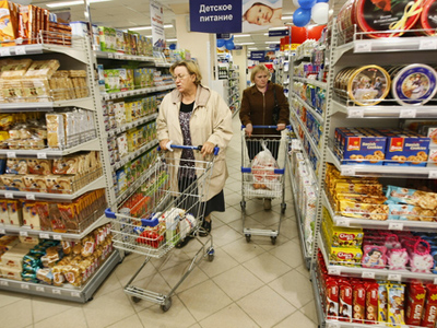 Customers in the Perekrestok supermarket which opened in Yekaterinburg. (RIA Novosti / Pavel Lisytsyn)