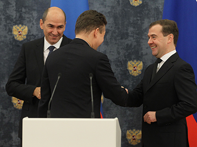 Russian Prime Minister Dmitry Medvedev, right, and his Slovenian counterpart Janez Jansa, left, are in Gorki residence at a ceremony of signing papers between Gazprom and Slovenia's Plinovodi d.o.o.a on signing the South Stream gas pipeline on the territory of Slovenia, with Gazprom head Alexei Miller in the center, on November 13, 2012 (RIA Novosti / Ekaterina Shtukina)