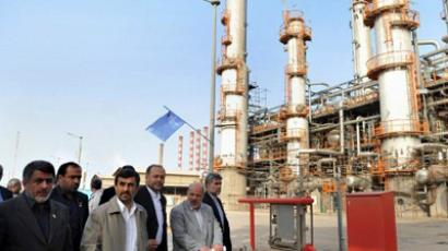 Iranian President Mahmoud Ahmadinejad (C) tours the Abadan oil refinery during the inauguration of a petrol making unit in the southwestern city of Abadan (AFP Photo / AMIR POURMAND)