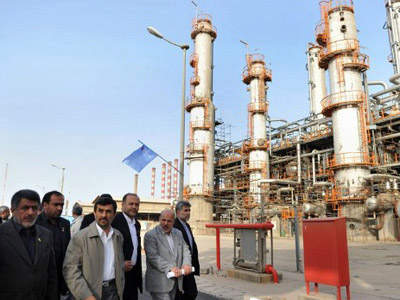 Iranian President Mahmoud Ahmadinejad (C) tours the Abadan oil refinery during the inauguration of a petrol making unit in the southwestern city of Abadan (AFP Photo / ISNA / Amir Pourmand)