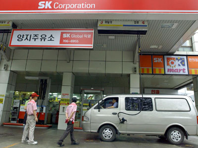 Employees fill a van with petrol at a SK Global-run service station in Seoul.(AFP Photo / Kim Jae-Hwah)