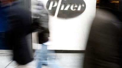 People walk past the Pfizer World headquarters in New York (Reuters/Brendan McDermid)