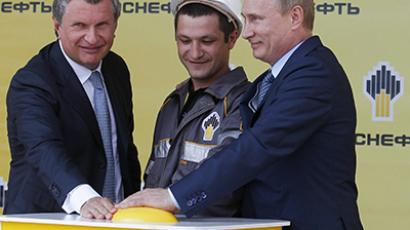 President Vladimir Putin, right, and Rosneft head Igor Sechin. (RIA Novosti / Mikhail Klimentyev)
