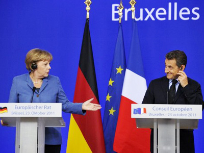 German Chancellor Angela Merkel (L) gestures at French President Nicolas Sarkozy during a joint press conference as part of the European Council at the Justus Lipsius building, EU headquarters in Brussels on October 23, 2011 (AFP Photo / Eric Feferberg)
