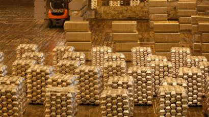 A workers stores aluminium ingots at the Rusal Krasnoyarsk aluminium smelter in the Siberian city of Krasnoyarsk.(REUTERS / Ilya Naymushin)