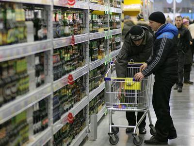 Customers choosing beer in the department of drinks in Lenta hypermarket (RIA Novosti / Alexandr Kryazhev)
