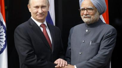 Russian President Vladimir Putin (L) shakes hands with Indian Prime Minister Manmohan Singh ahead of a meeting at Singh's residence in New Delhi on December 24, 2012 (AFP Photo / Mustafa Quraishi)