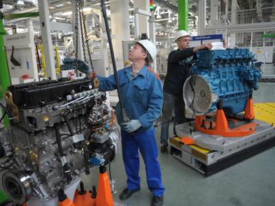 """Assembly line of the JAMZ-530 engine at the Yaroslavl motor plant """"Avtodiesel"""".(RIA Novosti / Syisoev)"""