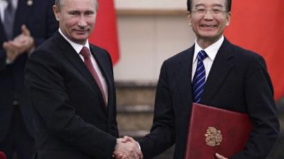Russia's Prime Minister Vladimir Putin (L) shakes hands with China's Premier Wen Jiabao during a signing ceremony between the two countries in Beijing on October 11, 2011 (AFP Photo / Pool / Jason Lee)